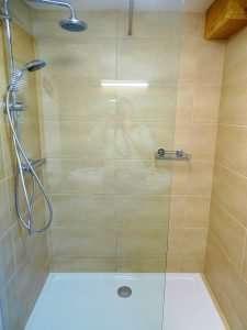 Douche dans la salle de bain, appartement Aberg, Haus Schneeberg, Hochkoenig