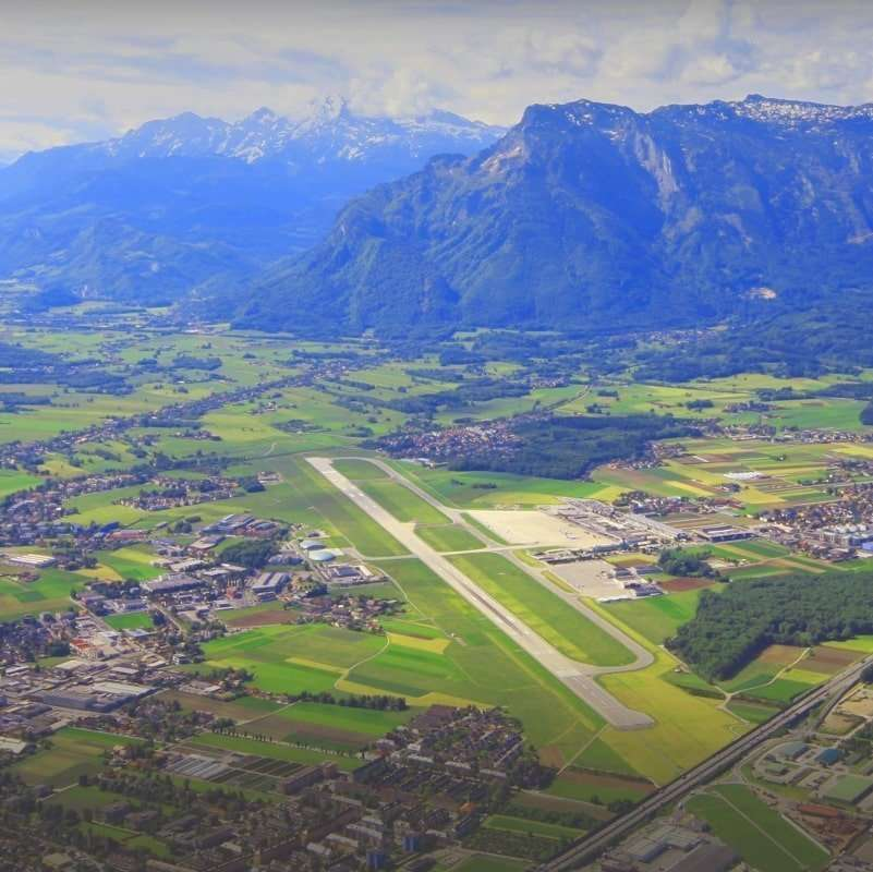 Kilátás a salzburgi repülőtérre a levegőből