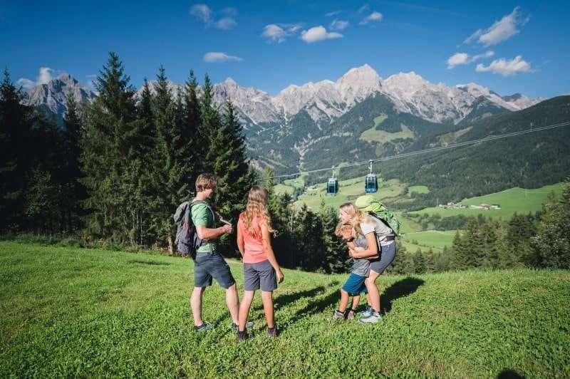 Familien wandern im Hochkoeing